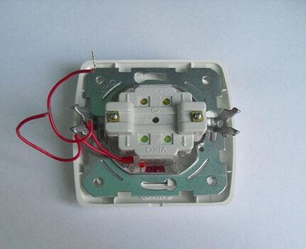 Светодиодный выключатель с открытыми проводами подсветки