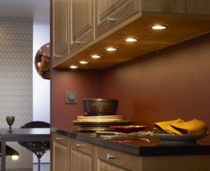Галогенные лампы, встроенные в мебель