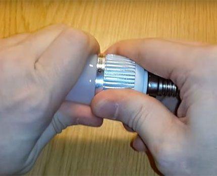 Процесс раскручивания светодиодной лампы