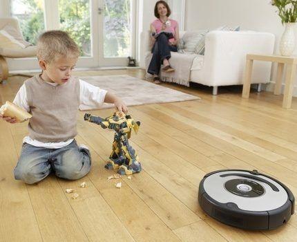 Робот-пылесос убирает