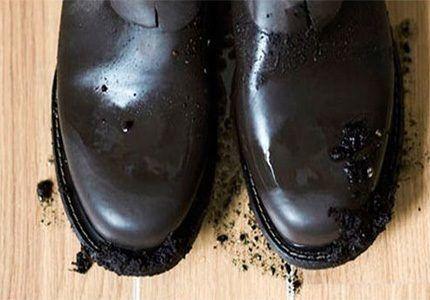 Земляная грязь на ботинках