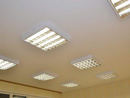 Светильники под Т8 на потолке