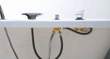 Установка на бортик ванны