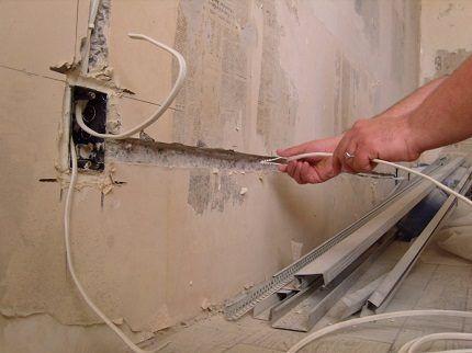Прокладка кабелей в стене