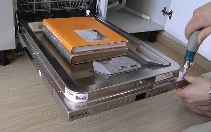 Фиксация декторативной панели к встраиваемой посудомойке
