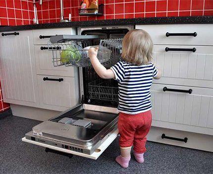 Ребенок возле посудомоечной машины