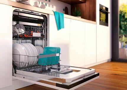 Посудомойка перед мойкой посуды