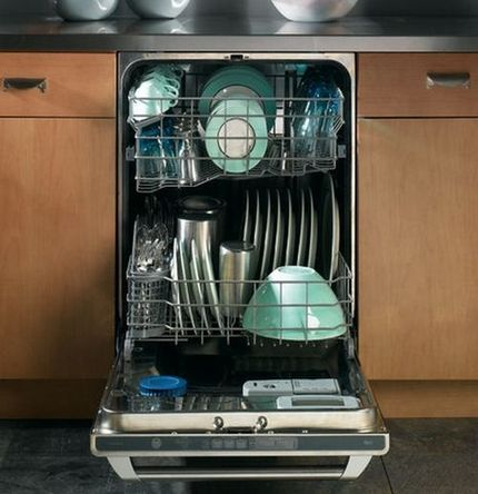 Загрузка посуды в коробах