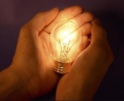 Лампа накаливания в руках