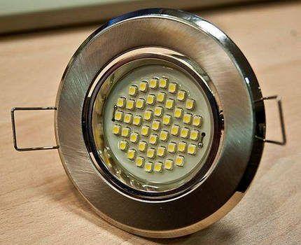 Светодиодная лампа в точечном светильнике