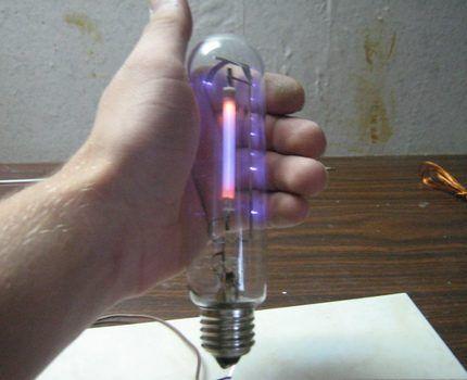Натриевая лампа в руке у пользователя