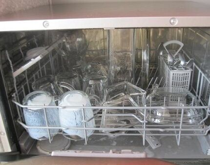 Стеклянная посуда в баке посудомойки