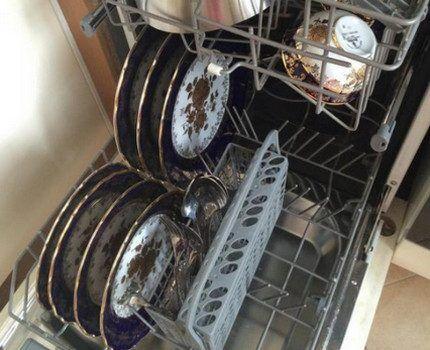 Посудомоечная машина с вымытой посудой