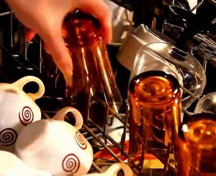 Чашки и стеклянные стопки в посудомойке