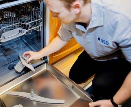 Мастер обслуживает посудомойку