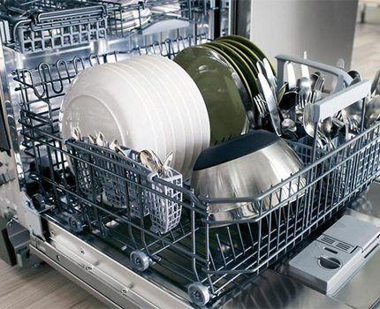 Загруженная посудой посудомоечная машина