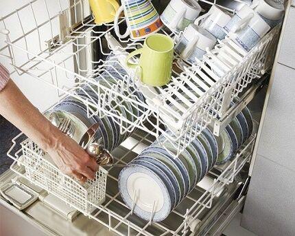 Тарелки и чашки в посудомойке