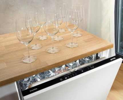 Gentle washing of glasses and glass