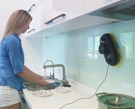 Робот моет рабочий фартук на кухне