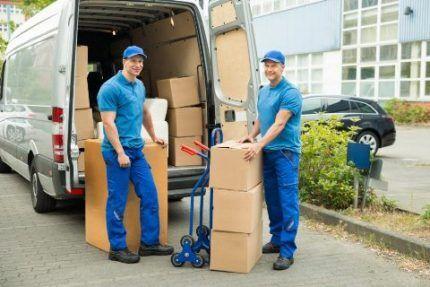 Работники сервисного центра транспортируют технику