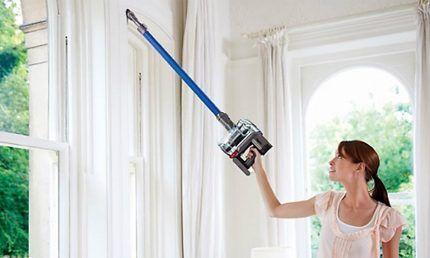 Уборка потолка вертикальным пылесосом