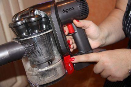 Очистка пылесборника вертикального пылесоса