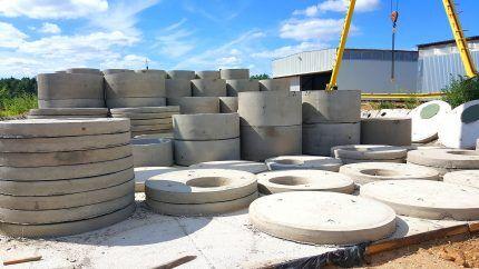 Железобетонные кольца на открытой территории завода