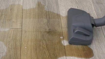 Пылесос выполняет сбор жидкости
