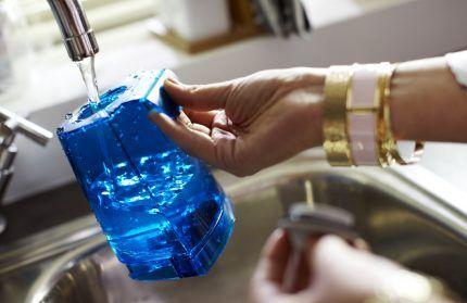 Заполнение резервуара моющего пылесоса