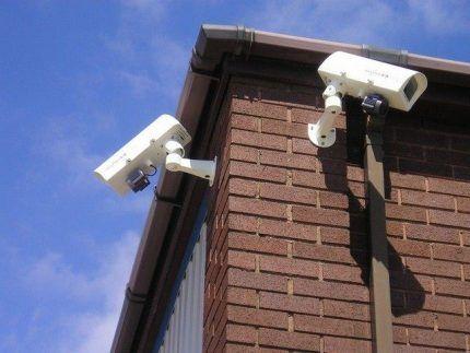 Размещение видеокамер по углам здания