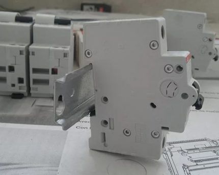 Крепление автомата к DIN-рейке
