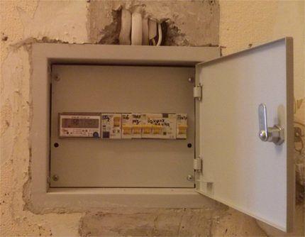 Электрический щиток, замурованный в стену