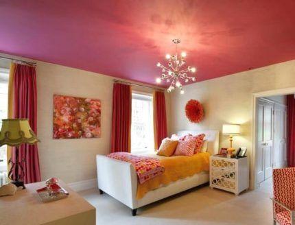 Яркий цветной потолок