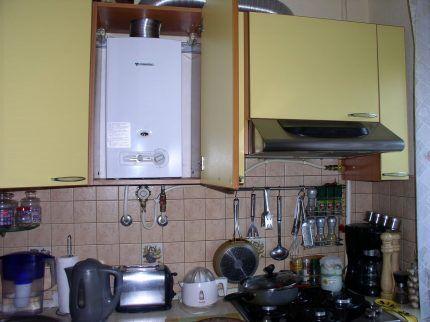 Газовый водонагреватель в интерьере кухни