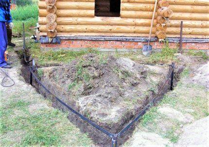 Открытый участок земли у дома