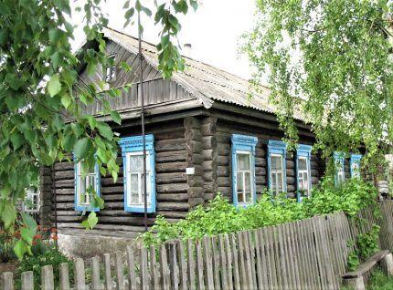 Старый деревянный дом без обшивки