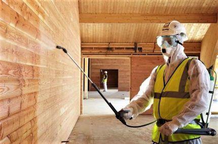 Обработка древесины защитным средством