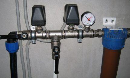 Манометр на системе водоснабжения дома