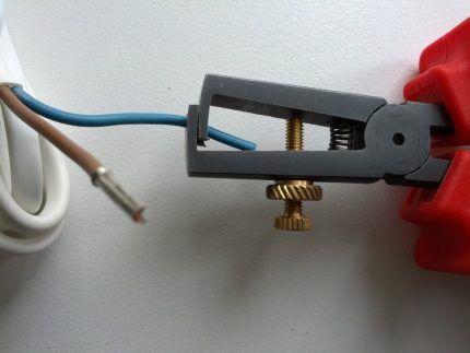 Зачистка провода кусачками
