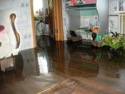 Затопление квартиры из забитой канализации
