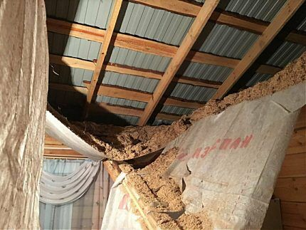 Обвалившийся утепленный потолок в доме