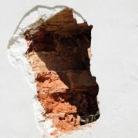 Как правильно заделать дыру в стене – советы и рекомендации от профессионалов