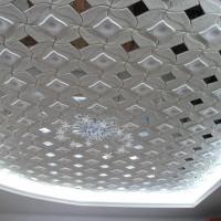 Как правильно клеить потолочную плитку: инструктаж по монтажу + достоинства и недостатки материала