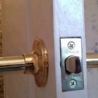 Как самостоятельно установить в межкомнатную дверь защелку: пошаговый инструктаж с фото