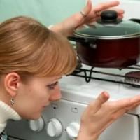 Воняет газом от плиты: причины появления запаха газа из духовки и от конфорок и советы по их устранению