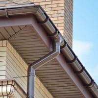 Как сделать водосливы с крыши: общие рекомендации по обустройству водоотвода своими руками