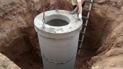 Котлован под установку бетонного колодца