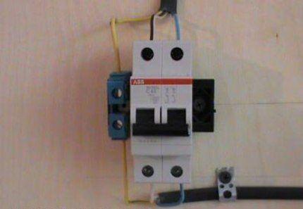 Крепеж трехжильного провода