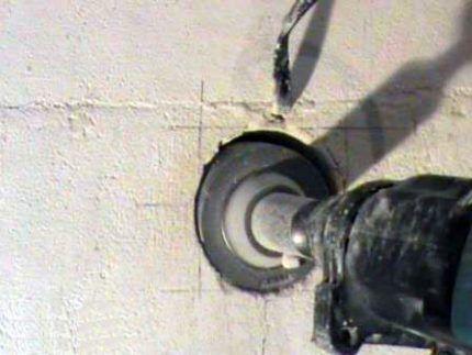Отверстие в бетоне для подрозетника