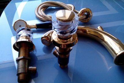 Разобранный смеситель на борт ванны